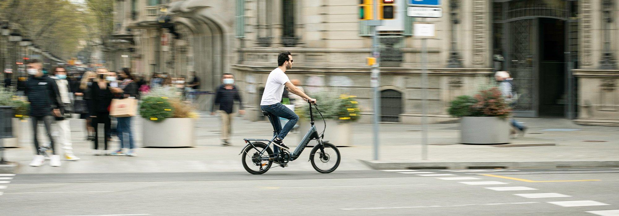 vélo électrique pliant MOMABIKES E-BIKE 20 PRO en déplacement